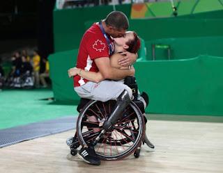 Ο Άνταμ και η Τζέιμι αγωνίζονται στις ομάδες μπάσκετ με αμαξίδιο του Καναδά
