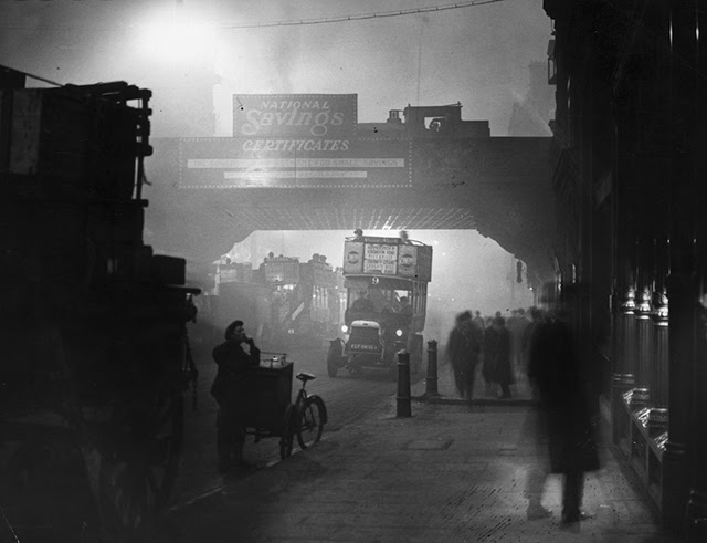 24 eerie black and white photographs that show london fog scenes from the early 20th century vintage everyday