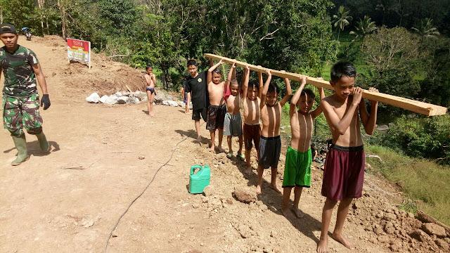 Anak-anak Tompobulu Berakhir Pekan di Lokasi TMMD Kodim 1424/Sinjai