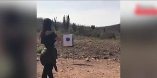 Video: Así es captada Emma Coronel disparando armas