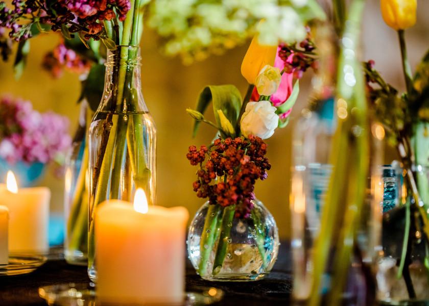 Kolorowe kwiaty na stołach weselnych.