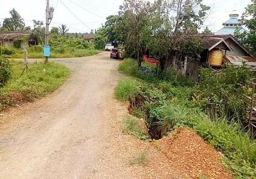 Kondisi oprit jembatan menuju Desa Maju Bersama ambles tergerus air sungai. Belum bisa dilakukan penanganan oleh pemerintah daerah, karena terganjal status jalan milik perusahaan