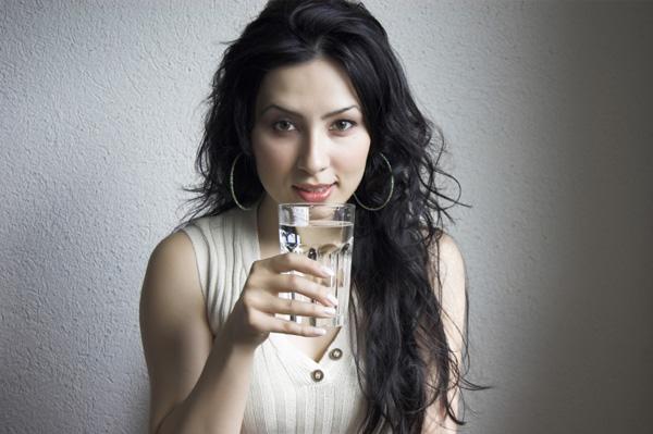 Mengkonsumsi air putih memang dianjurkan. Bahkan pakar medis menganjurkan minum air putih sebanyak dua liter per hari. Begitulah takaran ideal bagi tubuh manusia dalam meminum air putih. Namun begitu, ada fakta yang cukup mengejutkan bahwa minum air putih dalam jumlah yang berlebihan justru membahayakan bagi tubuh manusia itu sendiri.   Tubuh membutuhkan air untuk proses pembakaran kalori. Jika tidak tubuh akan mengalami dehidrasi (kekurangan cairan). Jika dibiarkan maka akan memicu pelambatan sistem kerja metabolisme. Oleh karena itu perbanyaklah minum air putih.