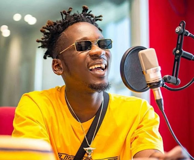 Sensational Nigerian artist Mr Eazi has taken to his twitter page to say that thanking God does not mean that you will not thank the person that God used to help you.