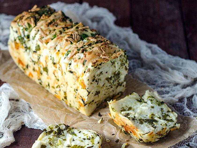Чесночно-сырный хлеб с травами: такой ароматный, что не успевает остыть