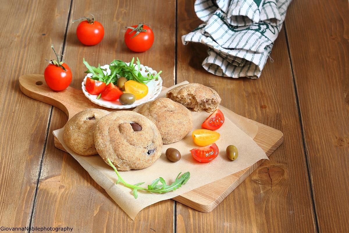 Panini integrali all'olio con olive nere