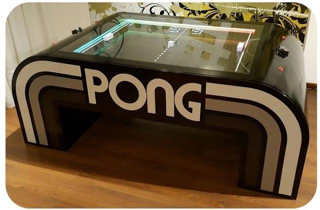 Mira esta mesa que homenajea al clásico Pong, ¡con música y 4 puertos USB!