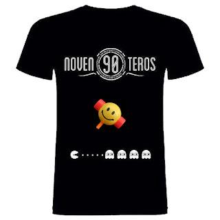 imagen: Noventeros. Camiseta negra de manga corta con el texto Noventeros. Debajo un comecocos blanco avanza hacia 4 fantasmas...