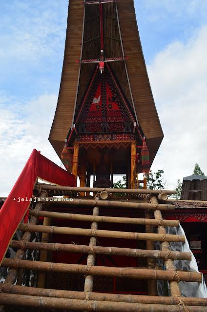 Lakkian, sebuah menara yang paling tinggi diantara lantang-lantang berbentuk tongkonan pada upacara Rambu Solok Tana Toraja || jelajahsuwanto
