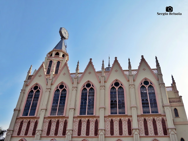 Vista ampla da fachada lateral da Igreja Evangélica Assembléia Deus Ipiranga - São Paulo