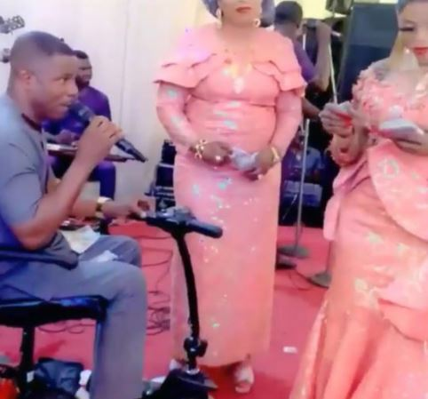 Yinka Ayefele seen praising Bobrisky as he sprays the singer money while he was performing at an event (video)