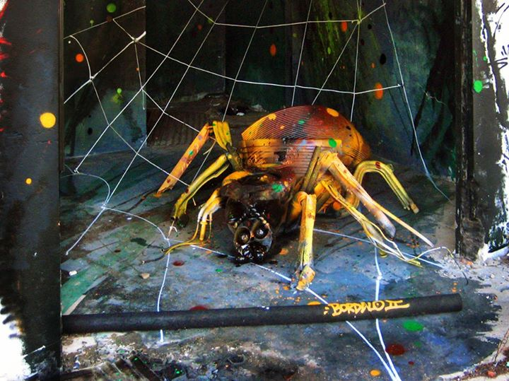 20-Zpider-Sculptor-Bordalo-Segundo-II-Sculpture-Urban-Camouflage-in-Upcycling-Rubbish-www-designstack-co
