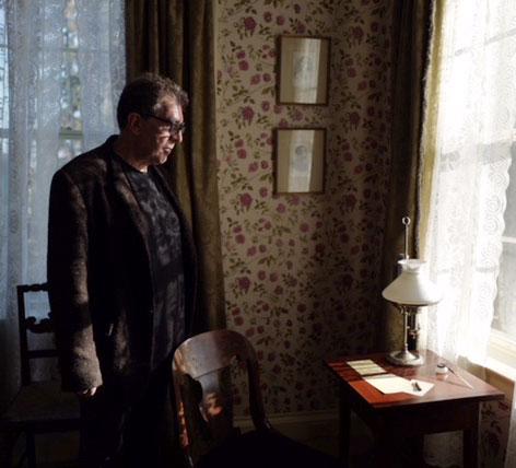 Eduardo Lago en la habitación de Emily Dickinson. Foto de Pascal Perich