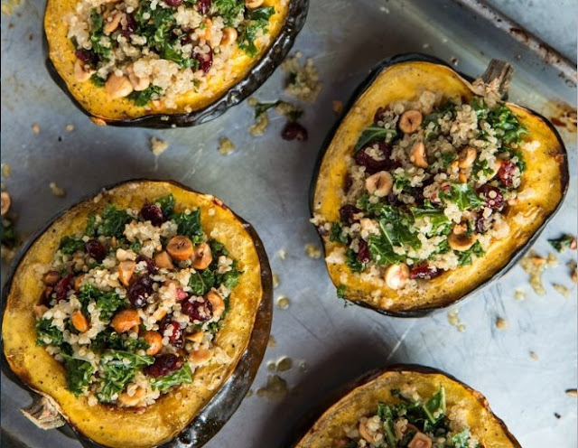 ROASTED STUFFED ACORN SQUASH WITH QUINOA AND KALE #vegan #recipes