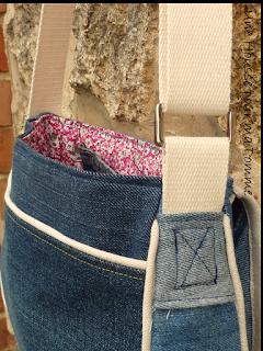 Sac à main Besace en jeans recyclés monté façon patchwork, intérieur coton liberty coloris rose, passepoil écru, une grande poches devant, rabat avec marque d'une poche arrière d'un jeans non délavée au file des lavage, entièrement doublé pour le rendre semi-rigide, anse coton écru, boucles couleur argent, surpiqures jaunes.   Dimensions : 24 x 18 x 7 cm environ