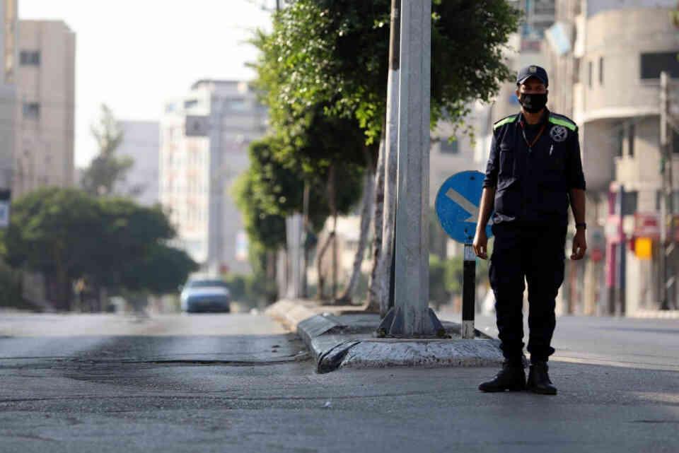 غزة تفرض إجراءات عزل عام في محاولة لاحتواء أول تفش لكوفيد-19