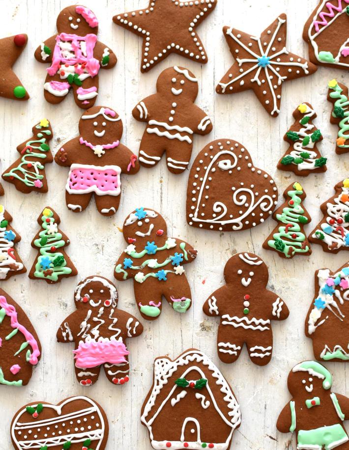 Galletas de jengibre decoradas con distintos motivos navideños