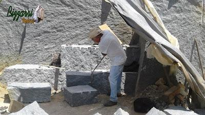 Bizzarri na pedreira fazendo o que gosta, garimpando pedras. Na foto escolhendo a pedra folheta, sendo uma pedra de granito azul claro. Pedra para fazer banco de pedra, guias de pedra, calçamento de pedra, parede de pedra e revestimento de pedra.
