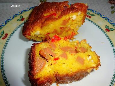δυο κομμάτια κέικ με φετα και λουκάνικο σε πιάτο με κίτρινη και μπλέμπορντουρα