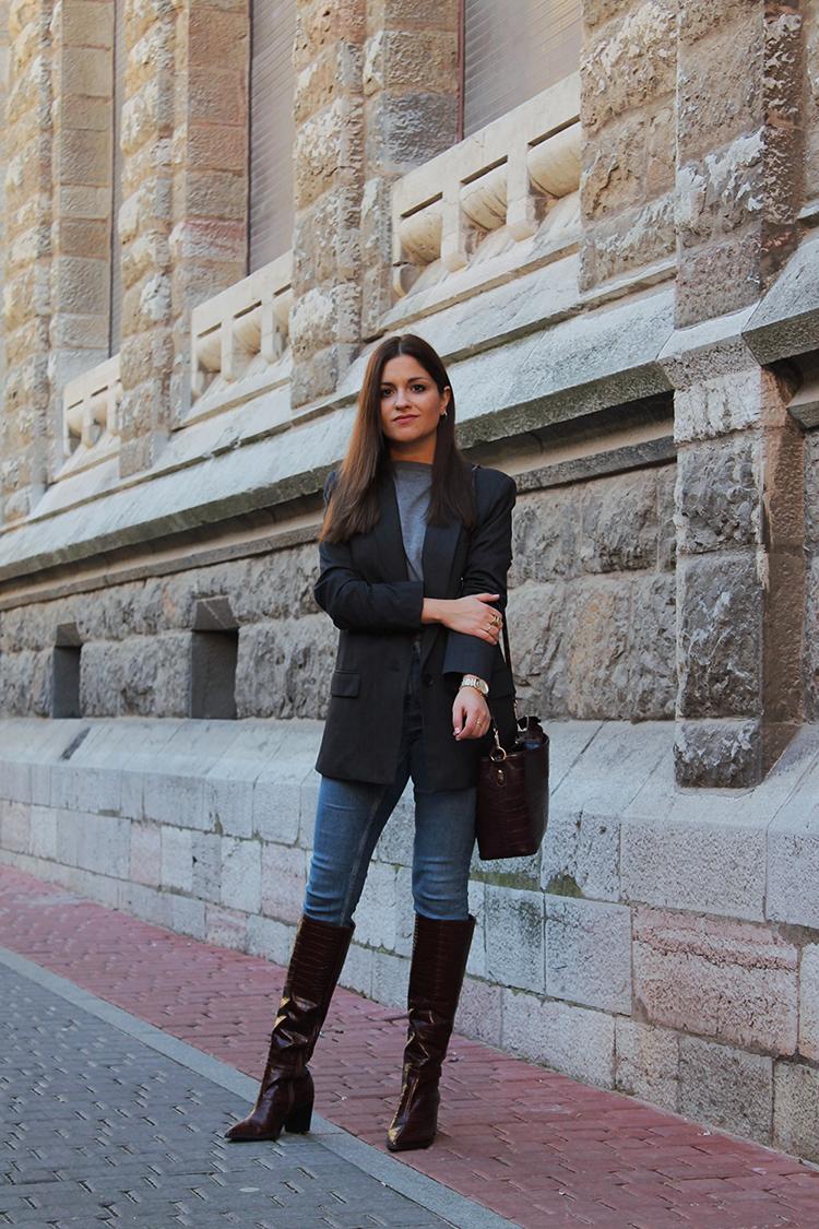 look con botas altas marrones y vaqueros blog de moda