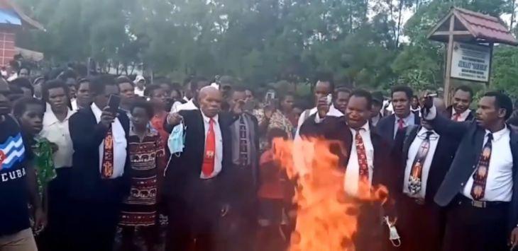 Tidak Percaya Covid-19, Puluhan Pendeta dan Jemaat di Papua Bakar Masker