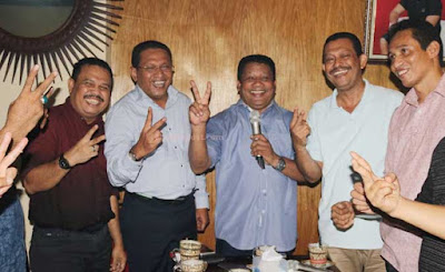 "Ambon, Malukupost.com - Sekretaris Dewan Pimpinan Daerah (DPD) Partai Demokrasi Indonesia Perjuangan (PDIP) Provinsi Maluku, Lucky Wattimury menyatakan siap kerja keras, mengendalikan lapangan dan menggunakan semua potensi pada basis massanya dalam rangka memenangkan pasangan calon Wali Kota dan Wakil Wali Kota Ambon periode 2017-2022 nomor urut dua, Paulus ""Poli"" Kastanya - Muhamad Armyn Syarif ""Sam"" Latuconsina pada Pilkada Kota Amnbon, 15 Februari 2017 mendatang. Pernyataan Wattimury ini sekaligus menclearkan dan menepis isu-isu liar yang berkembang di kalangan masyarakat selama ini bahwa dirinya tidak mendukung pasangan dengan akronim PANTAS itu. ""Isu di luar berkembang bahwa Lucky tidak dukung PANTAS, itu keliru. Ada juga yang katakan, nanti selesai ini Lucky jadi Wali Kota dan isu-isu liar lainnya, itu juga keliru. Hari ini saya mau katakan, saya PANTAS. Oleh karena itu, seluruh jaringan saya akan bekerja untuk PANTAS. Saya kumpulkan semua teman saya dan juga teman-teman dari Pak Poli dan Pak Sam, tujuannya cuma satu, bangun komitmen, satukan tekad, ikat tali kaeng, lipat tangan kemeja, gulung kaki celana untuk kerja menangkan PANTAS,"" tegas Wattimury saat konfrensi pers, di Kedai Kopi Tradisi Joas, Urimesing-Ambon, Kamis (10/11). Watimury katakan, jika ada informasi bias dirinya selama ini tidak ada bersama-sama dengan barisan PDI Perjuangan, itu juga tidak benar. ""Makanya sekarang saya tampil dan akan kendalikan kerja lapangan untuk pemenangan PANTAS,"" ujarnya."