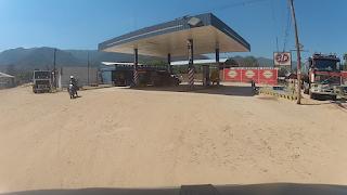Abastecendo o tanque da moto e o galão reserva em Mairana.