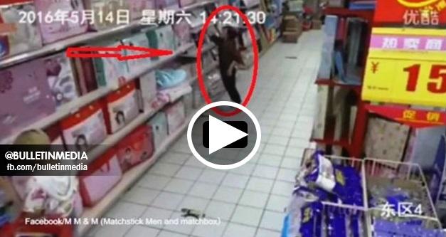[VIDEO] - Barang Jatuh Dari Rak Supermarket. Wanita Ni Letak Kembali Namun Apa Terjadi Lepas Tu Amat MENGGERUNKAN !!!