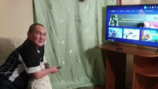 «Вы самый лучший!»: в Якутске жители многоэтажки подарили дворнику новый телевизор к Новому году