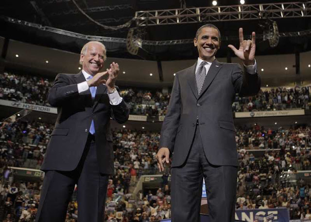 Obama junto a Jimmy Carter dice I Love You (ILY) en lengua de signos americana (ASl)