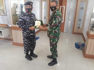 Danrem 042/Gapu Jambi Serahkan Cindera Mata ke Komandan Danlanal Palembang