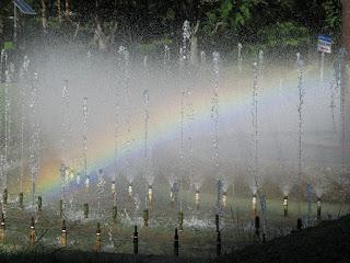 噴水の中に虹が見えた