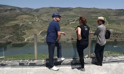 turistas conhecendo mais sobre o Vale do Douro