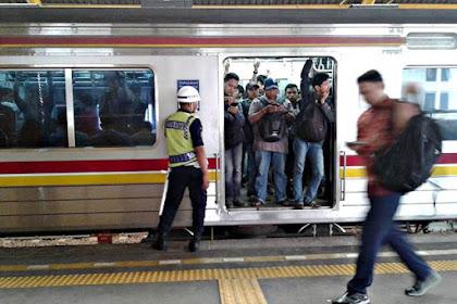 Jangan Berdiri di Depan Pintu Commuter Line Saat Tiba di Stasiun