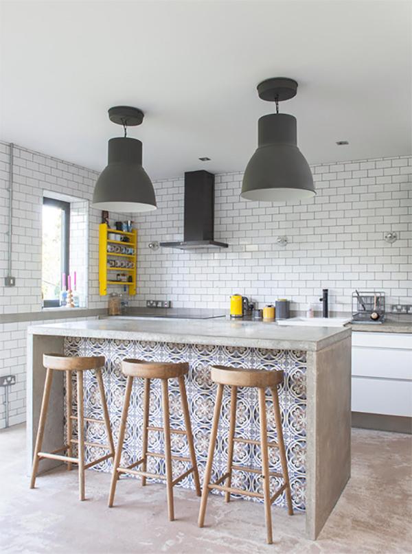 kuchnia, kolorowa, wyspa, drewno, biała, kafelki, beton