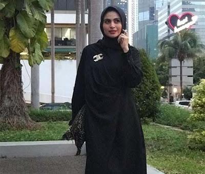 Asha Shara Pakai Hijab Hitam