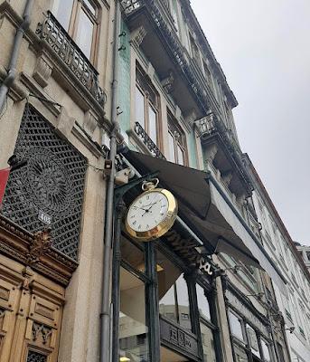 relógio na fachada de edifício