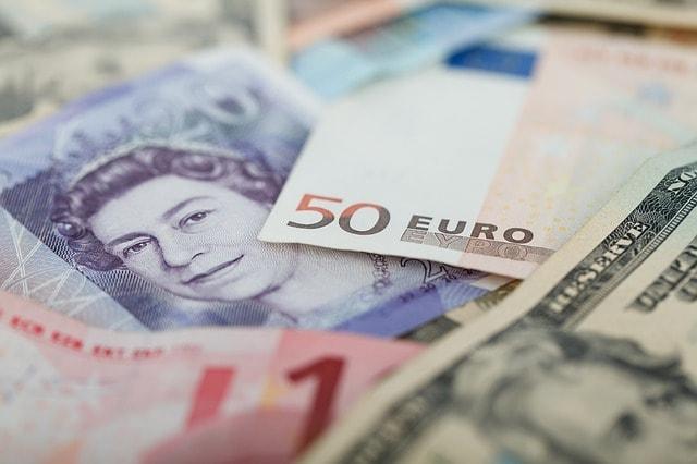 mengapa perbedaan mata uang dapat menghambat perdagangan internasional