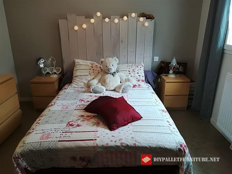 sandrine cadoret nos ensea que fcil es crear un cabecero con palets para una cama tan solo colocando y fijando algunas tablas de forma irregular y - Cabeceros Con Palets