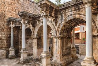 antalya'da gezilecek yerler hadrian kapısı