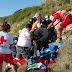 Bomberos de Chiclana colaboran con el traslado de un parapentista herido en la playa, en la Torre del Puerco