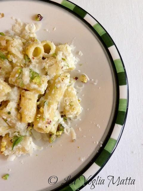 Mezzi rigatoni con pesto di finocchio, pistacchi e scaglie di Parmigiano Reggiano