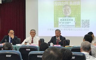 經濟部長沈榮津(拿麥克風者)現場回答廠商提問