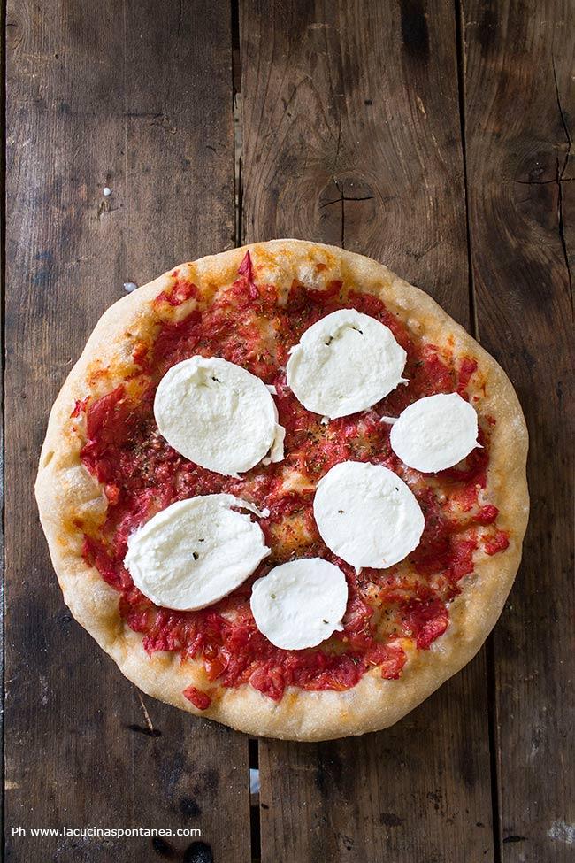 Immagine contiene pizza margherita