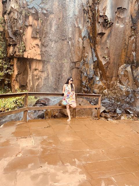 mulher de saida de banho colorida em uma cachoeira