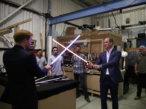 Pangeran William dan harry berduel di film star wars