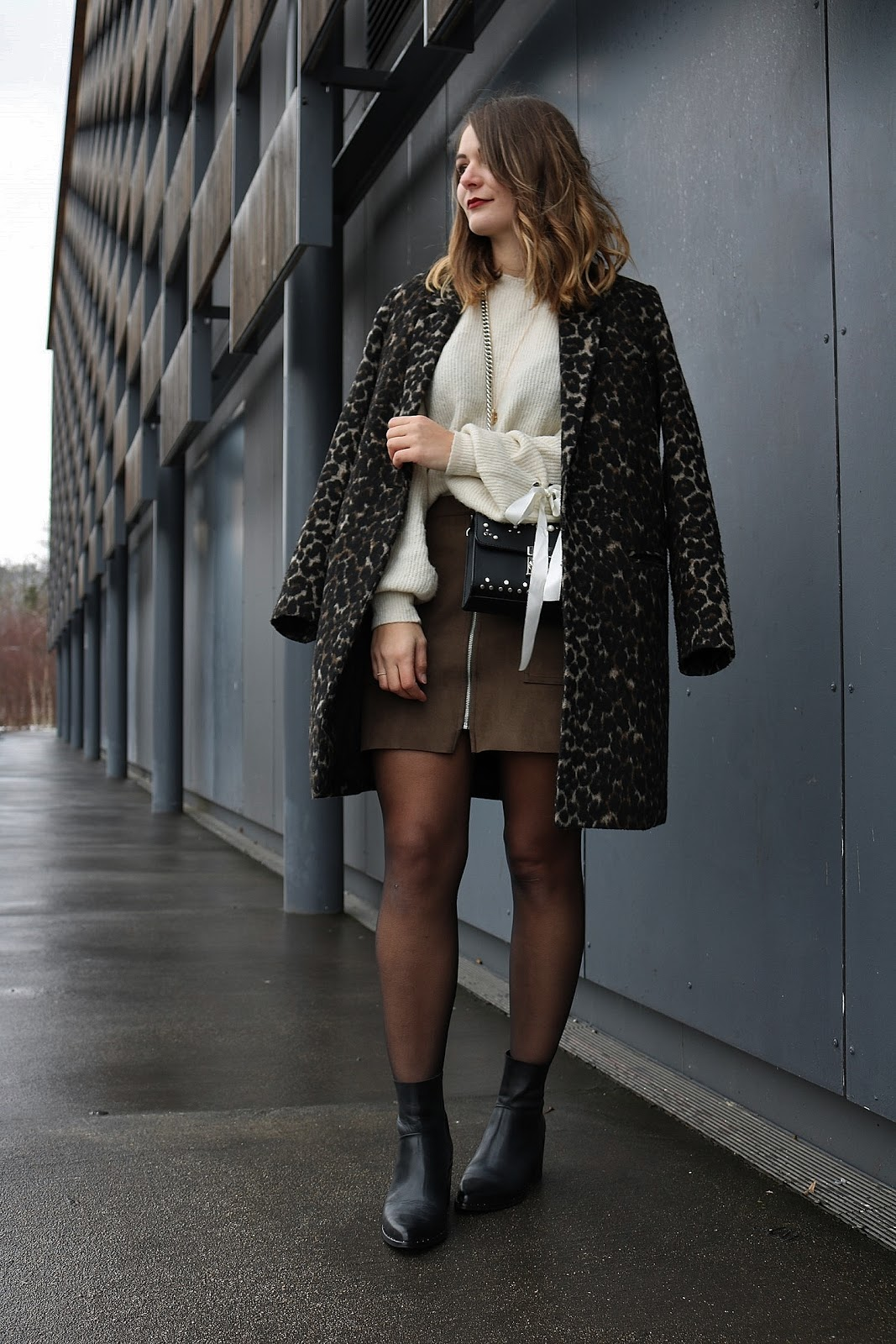 pauline-dress-blog-mode-deco-lifestyle-besancon-frac-cite-des-arts-jupe-kaki-outfit-look-tenue-du-jour-fille-manteau-leopard-leo-zip-kaki-pull-lace-up-sac-noir-perles