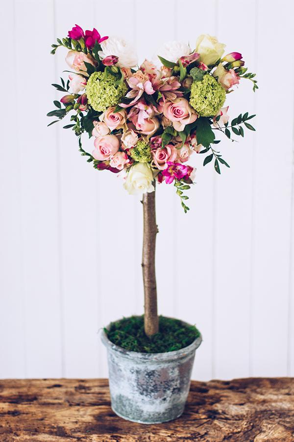 Schönes Geschenk zum Muttertag selber machen: Ein Herz-Baum aus frischen Blumen. Titatoni.de