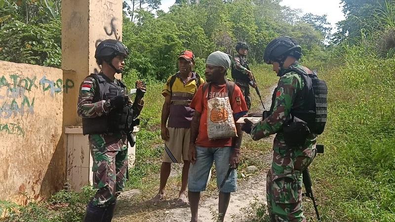 Amankan Wilayah Perbatasan, Satgas Raider 300 Laksanakan Pemeriksaan Di Pintu Lintas Batas