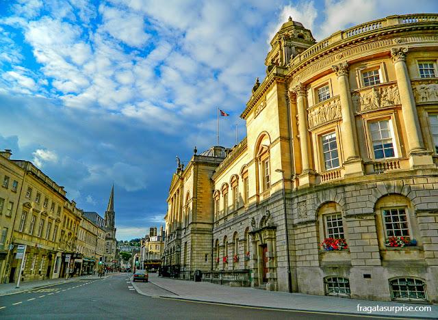 Rua da cidade de Bath, Inglaterra, com as típicas construções georgianas em pedra cor de caramelo